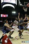 图文:[NBA]火箭VS爵士 阿泰篮下强攻
