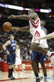 图文:[NBA]火箭VS爵士 阿泰运球失误
