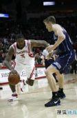 图文:[NBA]火箭VS爵士 阿泰运球突破