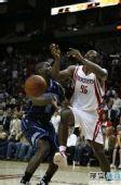图文:[NBA]火箭VS爵士 阿泰遭遇断球