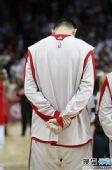 图文:[NBA]火箭VS爵士 低头静默