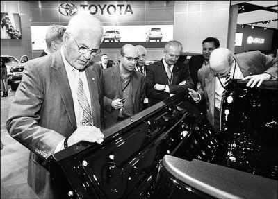 """通用副总裁鲍伯·鲁兹在""""研究""""丰田的概念车"""