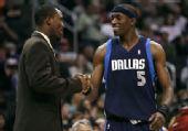 图文:[NBA]小牛胜快船 戴维斯问候霍华德