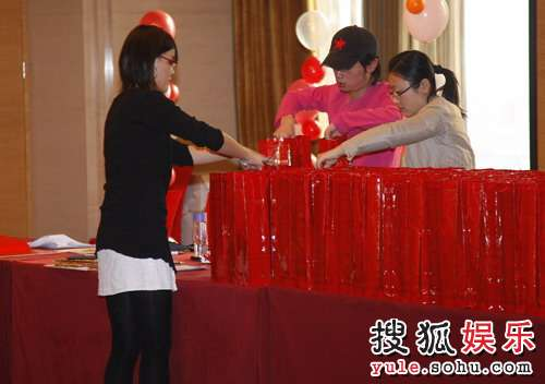 签到台摆放着送给来宾的谢礼,专门定的红酒。