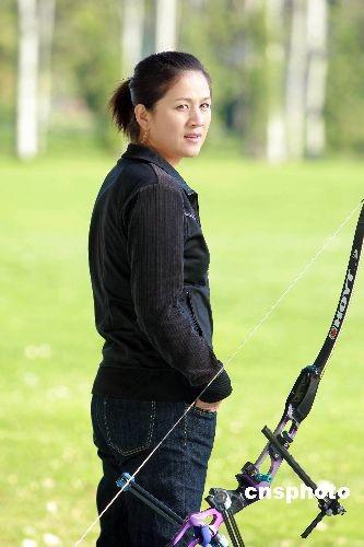 11月5日,12集青春励志偶像剧《青春舞台》在北京开机。2008年北京奥运会的女子射箭冠军张娟娟,在剧中友情出演容祖儿和黄奕的射箭教练,这也是张娟娟参演的第一部电视剧。 中新社发 AEG 摄