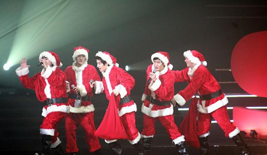 SJ-M香港演唱会上圣诞老人造型