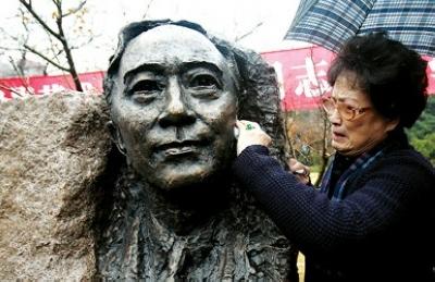 孙道临的夫人王文娟拿出手绢轻轻擦拭铜像