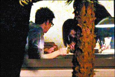 刘嘉玲的朋友吸食白色粉末