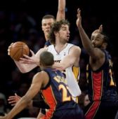 图文:[NBA]湖人VS勇士 加索尔遭遇铁桶阵