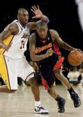 图文:[NBA]湖人VS勇士 科比防守逼人