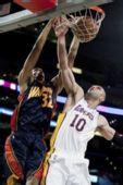 图文:[NBA]湖人VS勇士 篮下争霸激烈