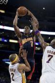 图文:[NBA]湖人VS勇士 阿祖布克篮下进攻
