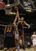 图文:[NBA]湖人VS勇士 毕耶德林斯出手