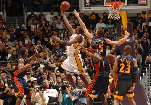 图文:[NBA]湖人VS勇士 科比逞威篮下