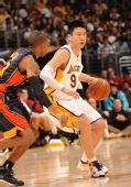 图文:[NBA]湖人VS勇士 孙悦靠打对手