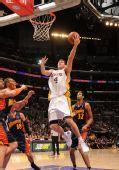 图文:[NBA]湖人VS勇士 沃顿篮下出手
