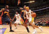 图文:[NBA]湖人VS勇士 费舍尔带球突破