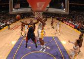 图文:[NBA]湖人VS勇士 两个7号的对决