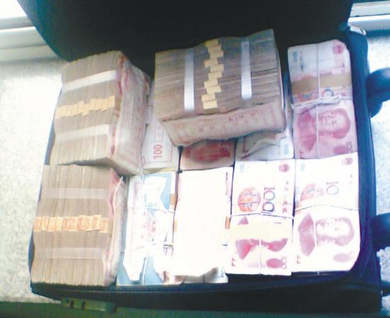 实拍一堆钱的照片_大海捞针捞回138万现金(组图)
