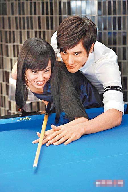 王力宏(后)亲密贴身教Jolin打台球