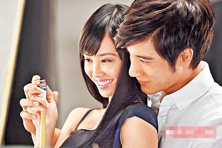 王力宏(右)与Jolin大手握小手,还嗅着她的发香