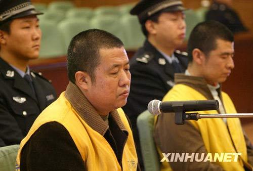 12月30日,被告人耿金平(前左)和耿金珠(前右)在法庭上受审。新华社发 丁立新 摄