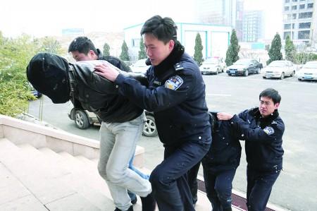 劫匪被警方抓捕归案。