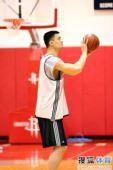 图文:[NBA]火箭训练备战 姚明罚球