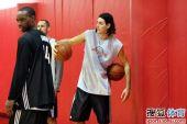 图文:[NBA]火箭训练备战 斯科拉场边休息