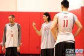 图文:[NBA]火箭训练备战 斯科拉招呼队友
