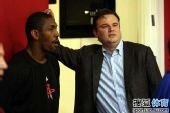 图文:[NBA]火箭训练备战 莫雷与阿泰交谈