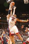 图文:[NBA]骑士负热火 库克篮下截杀