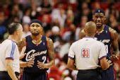 图文:[NBA]骑士负热火 詹姆斯不满裁判