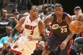 图文:[NBA]骑士负热火 詹姆斯与韦德