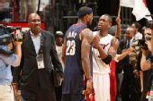图文:[NBA]骑士负热火 詹姆斯与韦德目光激战