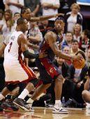 图文:[NBA]骑士负热火 詹姆斯寻找队友