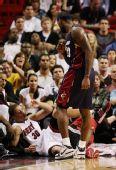 图文:[NBA]骑士负热火 詹姆斯投篮撞倒对手