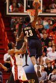 图文:[NBA]骑士负热火 詹姆斯灌篮