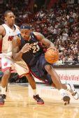 图文:[NBA]骑士负热火 詹姆斯突破