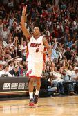 图文:[NBA]骑士负热火 钱莫斯庆祝胜利