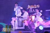 组图:跨年演唱会―何炅娜娜骑车上台送奖品