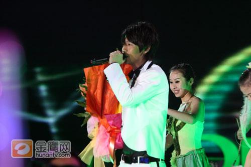 组图:跨年演唱会—魏晨演唱《江南》