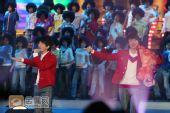 组图:魏晨 阿穆隆联唱《我的未来不是梦》