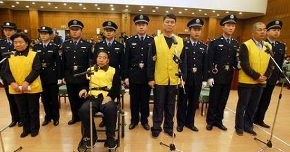 昨日,被告人田文华、王玉良、杭志奇、吴聚生(左起)在法庭上受审。新华社发