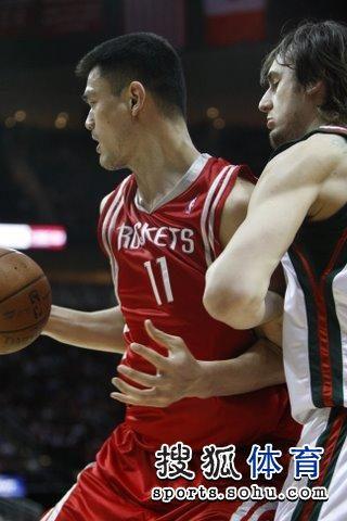 图文:[NBA]火箭VS雄鹿 姚明PK博古特