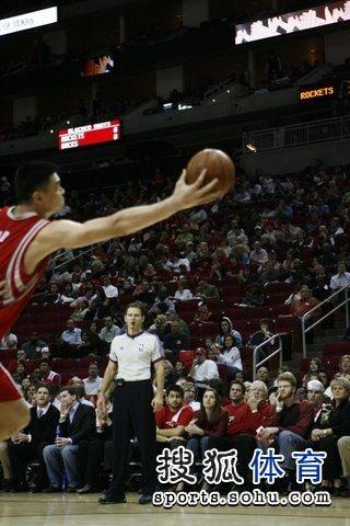 图文:[NBA]火箭VS雄鹿 姚明出手