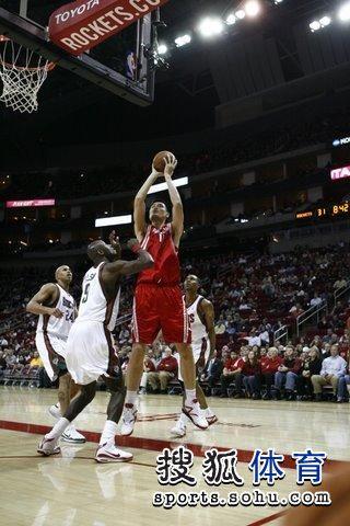 图文:[NBA]火箭VS雄鹿 姚明出手瞬间
