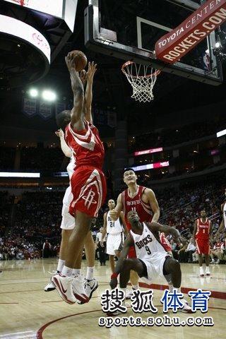 图文:[NBA]火箭VS雄鹿 姚明篮下守候