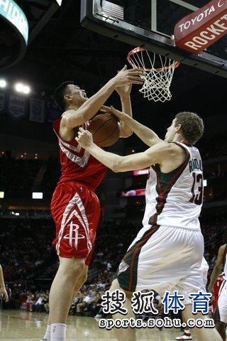 图文:[NBA]火箭VS雄鹿 姚明被抢断