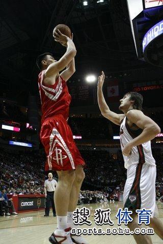 图文:[NBA]火箭VS雄鹿 姚明高高跳起